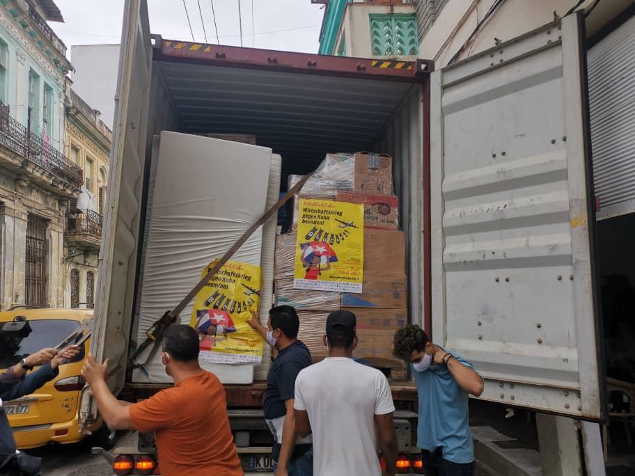 Projektpartner Quisicuaba lädt den Container aus